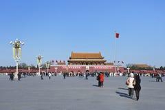 晴朗的天安门的,北京中国游人 图库摄影