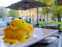 晴朗的早餐用与绿色的面包多士,三文鱼和荷包蛋在一下雨天在意大利 免版税库存照片