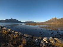 晴朗的海、岸和山在北挪威 免版税库存照片