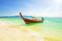 晴朗的海滩小船和蓝天在泰国 免版税图库摄影