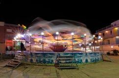 晴朗的海滩,保加利亚- 2017年9月10日:吸引力在公园 在行动的转盘在晚上 一张长的曝光照片 免版税图库摄影