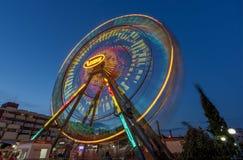 晴朗的海滩,保加利亚- 2017年9月10日:吸引力在公园 娱乐ferris行动晚上公园系列轮子 一张长的曝光照片 库存图片