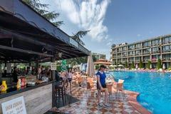 晴朗的海滩,保加利亚- 2017年9月10日:有一个游泳池的别致的旅馆贝加尔湖在站点和舒适的房间 库存照片