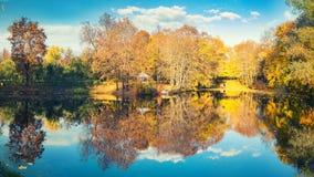 晴朗的秋天在湖的公园 免版税库存图片