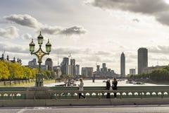 晴朗的秋天天在景色秀丽有走在桥梁的人的伦敦 库存图片