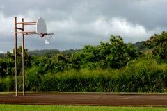 晴朗的篮球场 库存图片