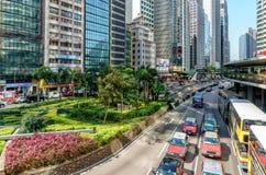 晴朗的香港都市风景 在林士街跨线桥在港岛的附近的交易广场的看法 免版税库存照片