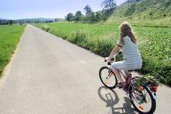 晴朗的骑自行车者 免版税库存图片