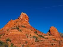 晴朗的Sedona天:红色岩石和蓝天 库存照片