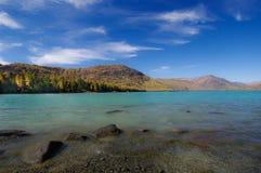 晴朗美丽的日的湖 免版税库存照片