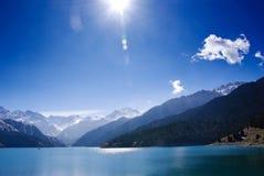 晴朗美丽的日的湖 库存图片