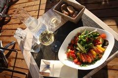晴朗航空日午餐开放的餐馆 免版税库存图片