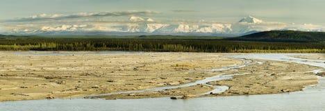 晴朗阿拉斯加的夜间的全景 免版税库存照片