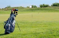 晴朗高尔夫球的场面 免版税库存图片