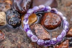 紫水晶制成在水中 免版税图库摄影