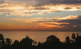 水晶小海湾新港海滨加利福尼亚日落 免版税库存图片