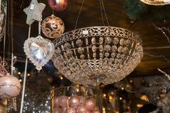 水晶心脏垂饰和一个篮子与圣诞节球 免版税库存图片