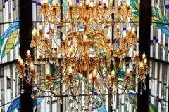水晶枝形吊灯和行间空格特别大的单块玻璃 免版税图库摄影