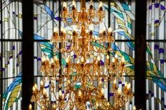 水晶枝形吊灯和行间空格特别大的单块玻璃 库存照片