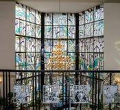 水晶枝形吊灯和行间空格特别大的单块玻璃 免版税库存照片