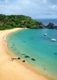 水晶海海滩在费尔南多・迪诺罗尼亚群岛, Brazi 免版税库存照片