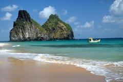 水晶海海滩在费尔南多・迪诺罗尼亚群岛 免版税图库摄影
