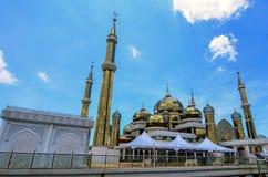 水晶清真寺晚上视图在瓜拉登嘉楼,马来西亚 库存图片