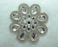 水晶珠宝装饰在白色织品纹理背景的按钮 库存图片