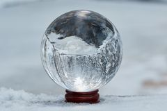 水晶球在冬天 免版税库存照片
