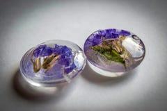 水晶由与花的环氧树脂制成 免版税库存图片