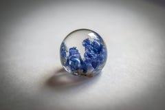 水晶由与蓝铃花的环氧树脂制成 库存照片