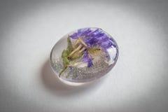 水晶由与flowers_1的环氧树脂制成 免版税库存照片