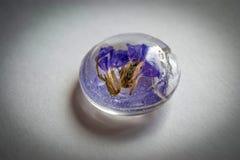 水晶由与flowers_2的环氧树脂制成 免版税库存图片
