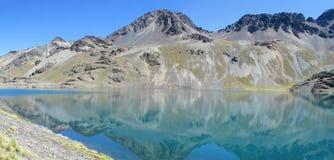 水晶蓝色清楚的山湖 免版税库存照片