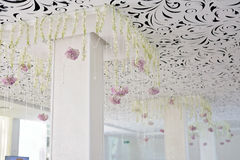 水晶链子吊艺术装饰婚礼天花板关闭 免版税库存照片