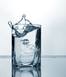 水晶水和冰块在玻璃 库存图片