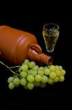 水晶玻璃用白葡萄酒、瓶和束白葡萄 免版税图库摄影