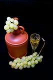 水晶玻璃用白葡萄酒、瓶和束  库存照片