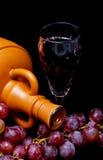 水晶玻璃用红葡萄酒、瓶和束r 库存图片
