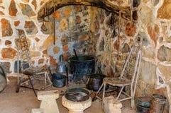 智人厨房内部在老房子里 库存图片