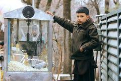 智利劳动-小孩卖玉米花 免版税库存照片