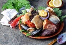 智利和奇洛埃岛群岛- Curanto Al霍约,Kuranto南部的著名传统盘  另外海鲜 免版税库存照片