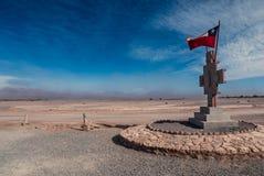 智利旗子和纪念碑在阿塔卡马沙漠中间在沙漠风暴,圣佩德罗火山de阿塔卡马,智利期间 免版税库存照片