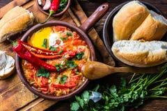 智利食物 Picante caliente 蕃茄,葱,辣椒油煎了用鸡蛋 库存图片