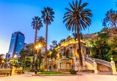 智利,圣地亚哥夜视图海王星喷泉,圣诞老人露西娅小山 免版税库存照片