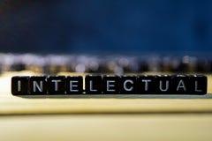 智力在桌上的概念木块 库存图片