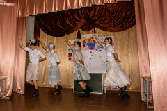 智力比赛脑子圆环和学童有趣的音乐会在一所农村学校在卡卢加州地区在俄罗斯 免版税库存图片