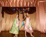 智力比赛脑子圆环和学童有趣的音乐会在一所农村学校在卡卢加州地区在俄罗斯 免版税库存照片
