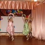 智力比赛脑子圆环和学童有趣的音乐会在一所农村学校在卡卢加州地区在俄罗斯 图库摄影