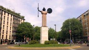 智慧女神雕象在环形交通枢纽中间的在帕尔瓦 股票录像